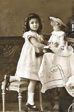 vintage photo of Edwardian era girl and beautiful doll Vintage Abbildungen, Vintage Girls, Vintage Beauty, Vintage Postcards, Vintage Paper, Victorian Photos, Antique Photos, Vintage Photographs, Old Photos
