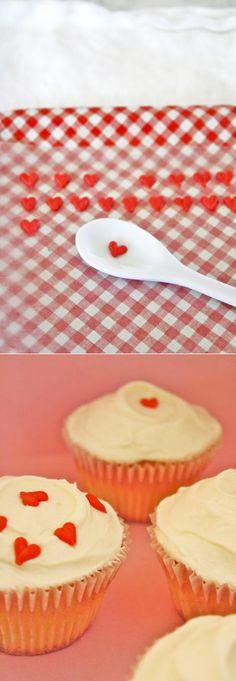 ประดับหน้าเค้กด้วยช็อคเกอแลตรูปหัวใจ