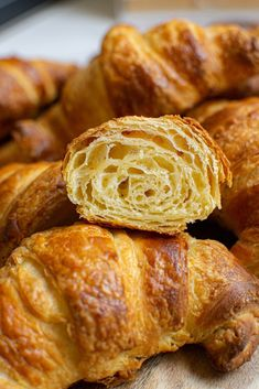 Step by step easy sourdough croissants, perfect for sourdough enthusiasts. The end result is buttery, flakey pastries, sure to impress. Sourdough Rolls, Sourdough Recipes, Bread Recipes, Bread Rolls, Recipe Using Sourdough Starter, Starter Recipes, Sicilian Recipes, Sicilian Food, Thermomix