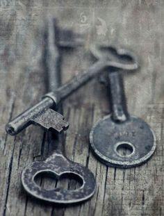 Old keys - Oude sleutels . Knobs And Knockers, Door Knobs, Door Handles, Under Lock And Key, Key Lock, Antique Keys, Vintage Keys, Cles Antiques, Old Keys