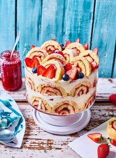 WOW: Piskótatekercses epres trifle   Street Kitchen Desserts In A Glass, Sweet And Salty, Trifle, Homemade Cakes, No Bake Cake, Bakery, Sweet Treats, Dessert Recipes, Cupcake