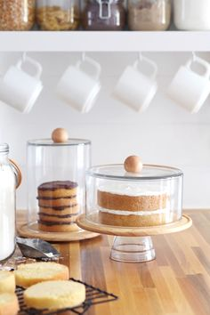 DIY Cake Dome & Cloche Jars - A Beautiful Mess - DIY Cake Dome & Cloche Jars – A Beautiful Mess These elegant glass domes couldn't be easier to make! Click through for the simple instructions. Bolo Diy, Cake Dome, Do It Yourself Inspiration, Metal Tree, Diy Cake, Beautiful Mess, Beautiful Cakes, Deco Table, Cake Plates