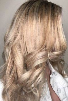 Peachy Champagne Pop a bottle of this dreamy hue. We love a glass of champagne to celebrate a special occasion (or just weekend brunch), but the bubbly drink is now making its way into salons—in the form of a gorgeous new hair color. Apparently, hair co Hair Lights, Light Hair, Champagne Hair Color, Champagne Blonde, Champagne Pop, Hair Color Blue, Pink Hair, Hair Colors, Southern Living