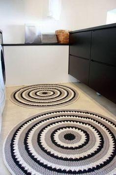 tapete de barbante croche na cozinha ambiente decorado circular branca e preto nórdico escandinavo