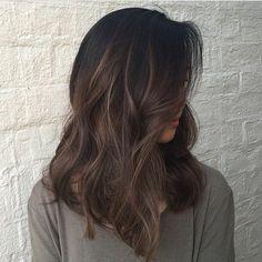 cheveux chatain foncé, coupe de cheveux mi long, blouse beige