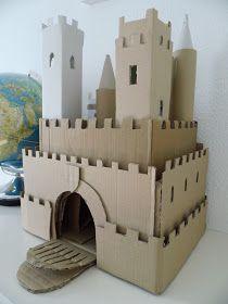 Selbst gebastelte Ritterburg zum Spielen aus Pappe und Kartons