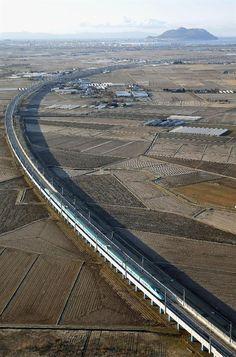 新函館北斗駅を出発し、本州方向(右上)へ向かう北海道新幹線の一番列車「はやぶさ」。後方は函館山=26日午前6時37分(共同通信社ヘリから) - 産経フォト #北海道新幹線