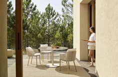 Beter buiten: geef je terras een make-over met deze nieuwe designtrends - Wonen - Knack Weekend Backyard Furniture, Outdoor Furniture Sets, Outdoor Decor, Elegant Dining, Outdoor Settings, Armchair, Dining Table, Patio, Warm