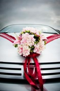 Silver wedding car decorated with a bouquet of flowers - Non-Commercial License - No Attribution Required Wedding Car Ribbon, Red Wedding, Wedding Blog, Wedding Flowers, Wedding Day, Wedding Car Decorations, Flower Decorations, Free Wedding Magazines, Bridal Car