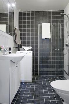Stilrent badrum med tvättmaskin & dusch