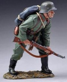 World War 1 German Army GW046B Ready to Advance - Made by Thomas Gunn Military Miniatures and Models. Factory made, hand assembled, painted and boxed in a padded decorative box. Excellent gift for the enthusiast.