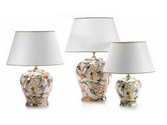 La lámpara de sobremesa de cerámica y forma sinuosa Kobus tiene un bonito diseño de grandes flores y filigranas en colores cálidos sobre fondo blanco.  Está disponible en 3 medidas y es de Cerámica San Marco, artesanos italianos.  http://www.aqdecoracion.es/lampara-de-sobremesa-de-ceramica-sinuosa-kobus-diseno-de-grandes-flores_2377.html  #lamparasdesobremesa #ceramicasanmarco #lamparasdeceramica #lamparasdeporcelana #lamparasdecorativas #ceramicadecorativa #iluminaciondecorativa