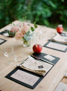 Table et banc en chêne massif  Crédit photo: Greg Finck Déco: Quelque chose de bleu
