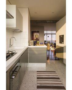 """6,600 curtidas, 14 comentários - Casa e Jardim (@casaejardim) no Instagram: """"Na cozinha deste apartamento em São Paulo, o granilite original do prédio dos anos 1960 foi trocado…"""""""
