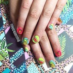 Estas uñas si que gritan verano 😍🌙⛱☀️🍌🍉🍹