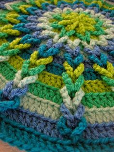 crochet round - inspiring stitching Love the look but not the colors. Crochet Round, Crochet Home, Crochet Crafts, Crochet Yarn, Yarn Crafts, Crochet Motifs, Crochet Squares, Crochet Stitches, Mandala Crochet
