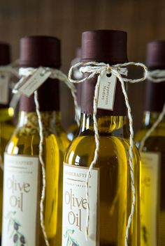Learn How Easy it is to Infuse Your Own Olive Oil as Gifts! Wedding Favours Luxury, Elegant Wedding Favors, Unique Weddings, Wedding Ideas, Olive Oil Packaging, Bottle Packaging, Flavored Oils, Infused Oils, Olive Oil Favors