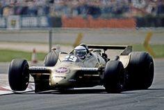 アロウズA2でコーナーを攻めるリカルド・パトレーゼ