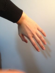 left hand near wall reference Pretty Hands, Beautiful Hands, Autodesk Sketchbook Tutorial, Hand Reference, Drawing Reference, Hand Pose, Hand Photography, Digital Painting Tutorials, Male Hands
