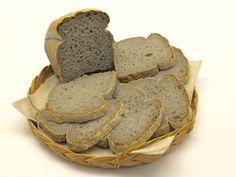 Crosta croccante e interno soffice. Un pane saporito, da affettare, reso un po' scuro dalla farina Brot Mix Schär, che ha tra gli ingredienti semi di lino, crusca di riso e grano saraceno. Sfizio p...