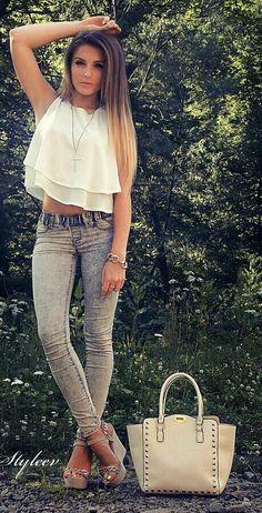 Jeans, remera gasa blanca, sandalias taco chino