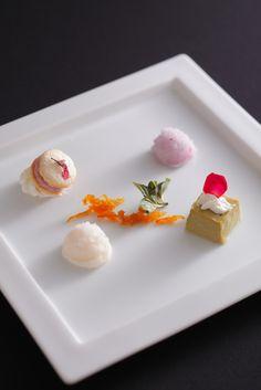 <デザート> ■抹茶のブリュレと桜のダックワーズ ダブルベリーとさくらのジェラートとともに