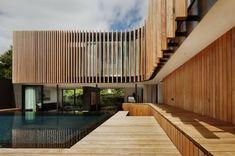moderne Holz Terrasse Glaswand Pool zwei Stockwerke Haus