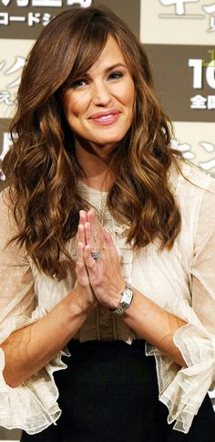 Jennifer Garner - wavy hair love her and her hair My Hairstyle, Pretty Hairstyles, Hairstyle Ideas, Wavy Hair, New Hair, Hair Bangs, Bangs Sideswept, Jennifer Garner Hair, Jen Garner
