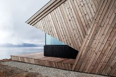upon a challenging mountain top with views of the surrounding landscape, oslo-based architecture firm arkitektvaerelset has built a striking wooden cabin. Oslo, Tiny Cabins, Wooden Cabins, Wood Siding, Wood Paneling, Off Grid Cabin, Journal Du Design, Siding Materials, Zaha Hadid Architects