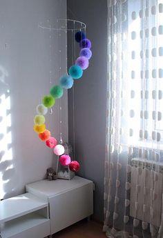 BIENVENIDO ☺ Este móvil de arco iris enorme fue hecha especialmente para convertirse en una adición hermosa a su habitación de niña. Pequeños cristales al aro difusión la luz creando espectáculo visual único. Caída de Pom Pom en cascada, uno es menor que otro. Este gran móvil se pueden