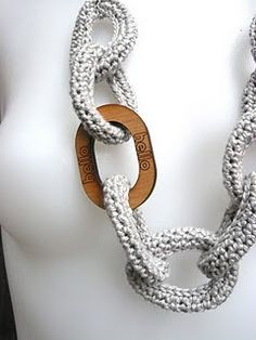 Crochet Chain Link Necklace. Tutorial by Shara Lambeth Designs. Is fast and very easy to make. The end result looks good and keeps you warm in winter.