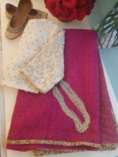 Kota Doria block print with edging Super matching jewelry and juti Trendy Sarees, Stylish Sarees, Fancy Sarees, Saree Styles, Blouse Styles, Cotton Saree Blouse Designs, Stylish Blouse Design, Saree Trends, Saree Models