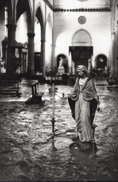 The Arno River has overflowed flooding a church. Florence, November 1966 MONDADORI PORTFOLIO