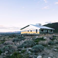 American artist @dougaitkenworkshop has built a small house-shaped structure, clad top-to-bottom in mirrors, in the desert outside Palm Springs as part of @_desertx.  Find out more on dezeen.com/design #design #DesertX #installation #mirrow #California Photograph by @lance.gerber.