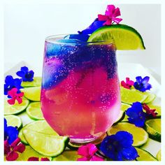 Blue Chai Gin and Tonic 😆 All my favorite colors in one drink 💜💙💗💚 Only made ice-blocks with my @bluechaitea and just added them to a regular G&T   ✨