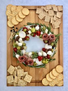 Christmas Cheese, Christmas Food Gifts, Xmas Food, Christmas Desserts, Christmas Wreaths, Christmas Recipes, Charcuterie Spread, Charcuterie Recipes, Charcuterie And Cheese Board