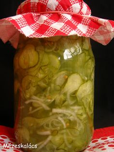 Hagymás uborkasaláta télire Hungarian Recipes, Hungarian Food, Pepperoni, Preserves, Pickles, Cucumber, Mason Jars, Recipies, Meals