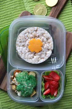 Easy St. Patrick's Day Lunchbox Ideas- Lucky Lunchbox | packed in @EasyLunchboxes