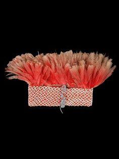 Argentina, Formosa, Cultura Guaykurú. Banda de lana tejida. Lana, plumas de ñandú, cuentas cerámicas. 49 x 19 cm.