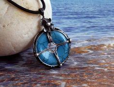 """Kulatý donut je symbolem slunce již v keltské historii lidstva. Tento přívěsek symbolizuje čtyři světové strany, čtyři živly, čtyři směry. Nechť se stane vaším kompasem se čtyřlístkem pro štěstí...Průměr kolečka je 3 cm, na výšku má celý přívěsek 4,5 cm. """"Tyrkenit"""" je obchodní název pro oblíbený barvený minerál magnezit (=howlit) který svou krásnou barvou připomíná mnohem vzácnější pravý tyrkys.Navléknuto na pevné černé polyamidové šňůrce, která se na světle trošku třpytí. Celkový obvod i se"""