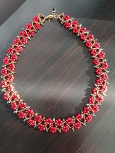 This Pin was discovered by mua - Salvabrani Diy Jewelry Necklace, Seed Bead Necklace, Bead Jewellery, Seed Bead Jewelry, Jewelry Crafts, Beaded Jewelry, Handmade Jewelry, Beaded Necklace, Beaded Bracelets