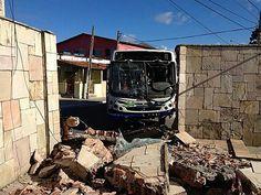 Discussão faz motorista arrastar moto e derrubar muro de casa em Olinda Acidente teria começado após discussão entre os dois condutores. Motorista foi autuado por tentativa de homicídio; motoqueiro será operado 04/05/2013 15h54 - Atualizado em 04/05/2013 18h38 Leia[+] >> http://glo.bo/16EES7m
