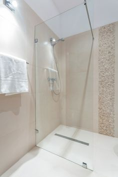 die moderne dusche ist groß                              …