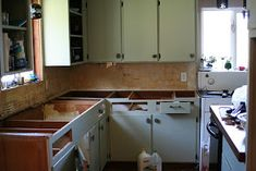 Want a new counter? Try this amazing copper countertops tutorial! Copper Countertops, Cheap Countertops, Butcher Block Countertops, Laminate Countertops, Kitchen Countertops, Faux Granite, Rental Kitchen, Diy Kitchen, Kitchen Ideas