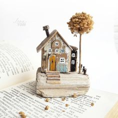 ЗАНЯТ. ~ луковый домик ~ Дрифтвуд-арт. ................ Почему луковый? А деревце-то из сухого лука-слизуна! Смешное название, правда? ................ * Высота вместе с деревцем 11 см. Сделано из дерева с берега моря плюс акриловые краски, гвоздики, проволока, кора, веточка сухоцвета. * Веточка вынимается, можно вставить любую. * Возможна рассрочка платежа) ............... Доставка только по России/Only for Russia. . . #домик #ленатом #ручныедомики_ленытом #миниатюра #miniature #driftwood… Миниатюрные Дома, Домики Для Фей, Деревянные Дома, Изделия Ручной Работы Из Дерева, Деревянные Проекты, Прикладное Искусство, Садовые Грядки, Декупаж
