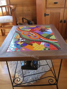 Mesa comedor Mosaic Diy, Mosaic Crafts, Mosaic Projects, Mosaic Glass, Mosaic Tiles, Outdoor Table Tops, Mosaic Furniture, Home Selling Tips, Creation Deco