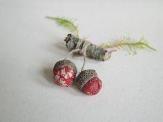 Saint Valentin. Bijou broche poétique naturelle pour elle, glands rouges tissu et bois : Broche par sakamama