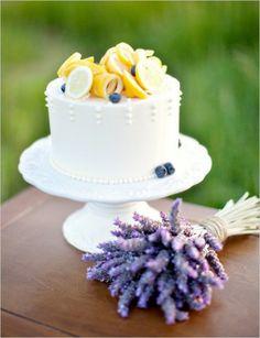 Torta nuziale a un piano con limoni e lavanda