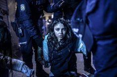 El turco Bulent Kilic ha ganado en la categoría de noticias de actualidad. La fotografía muestra a una joven durante los disturbios entre manifestantes y policía ocurridos en una protesta tras el funeral del adolescente Berkin Elvan el 12 de marzo de 2014 en Estambul. BULENT KILIC / AFP (EFE)
