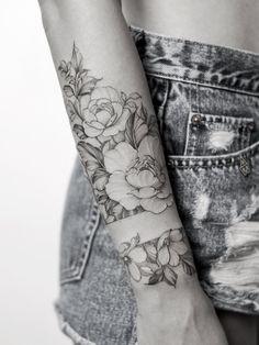 All styles of Tattoo's Explored Feminine Tattoos, Girly Tattoos, Pretty Tattoos, Rose Tattoos, Beautiful Tattoos, Flower Tattoos, Body Art Tattoos, Hand Tattoos, Tatoos